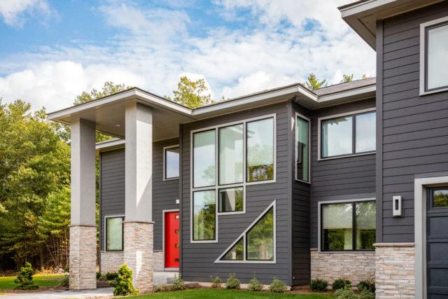 外壁リフォームがあか抜けるカギは屋根とのカラーバランス!ファッションにも共通するコーディネートのルールで、よりきれいな外壁に