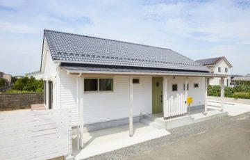 米軍ハウスをイメージした、白い横張りの平屋建て