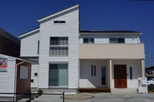 施工事例No.5 米軍ハウスをイメージした、白い横張りの平屋建て