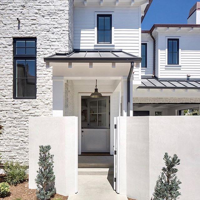 外壁リフォームで憧れの輸入住宅のような家に!上から張るだけカバー工法でおしゃれに変身した事例も紹介