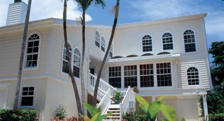 白い家に住む!白色の外壁でおしゃれな外観にリフォームするポイント、参考になる事例も紹介
