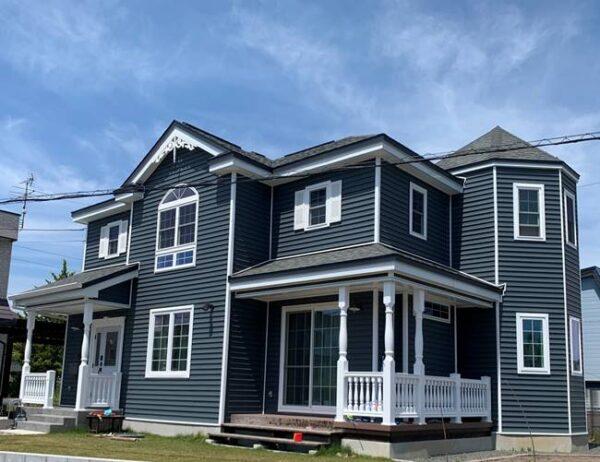 青色の外壁は好感度大!華やかで品のある外観デザインの家にするコツと事例を紹介